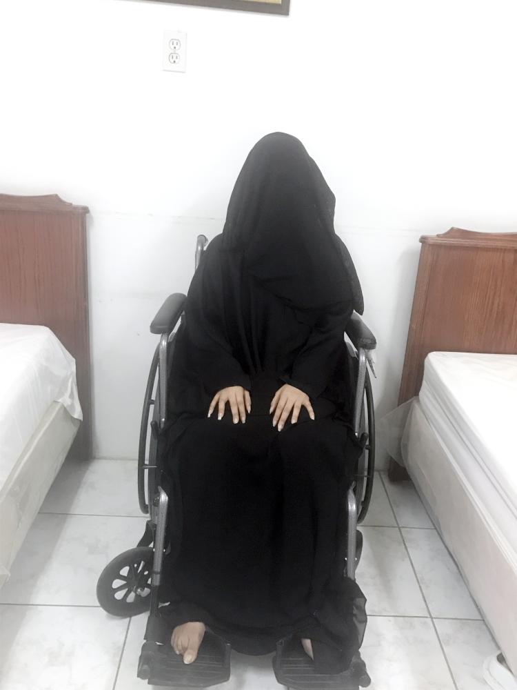 المعنفة خديجة على كرسيها. (تصوير: المحررة)