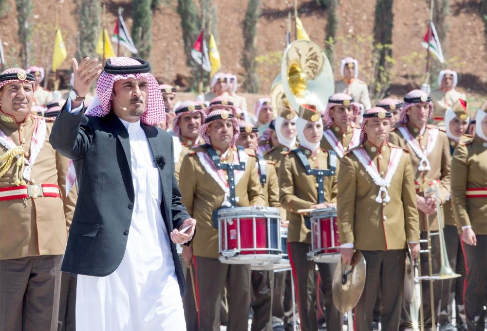 المساعيد ملقياً قصيدته أمام خادم الحرمين خلال الحفل العسكري الذي شهده أمس في عمان.  (واس)