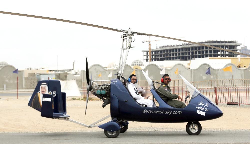 «عكاظ» ترافق فريق الطيران في جولة على «الجيروكوبتر» في سماء جدة.  (تصوير: فيصل مجرشي)