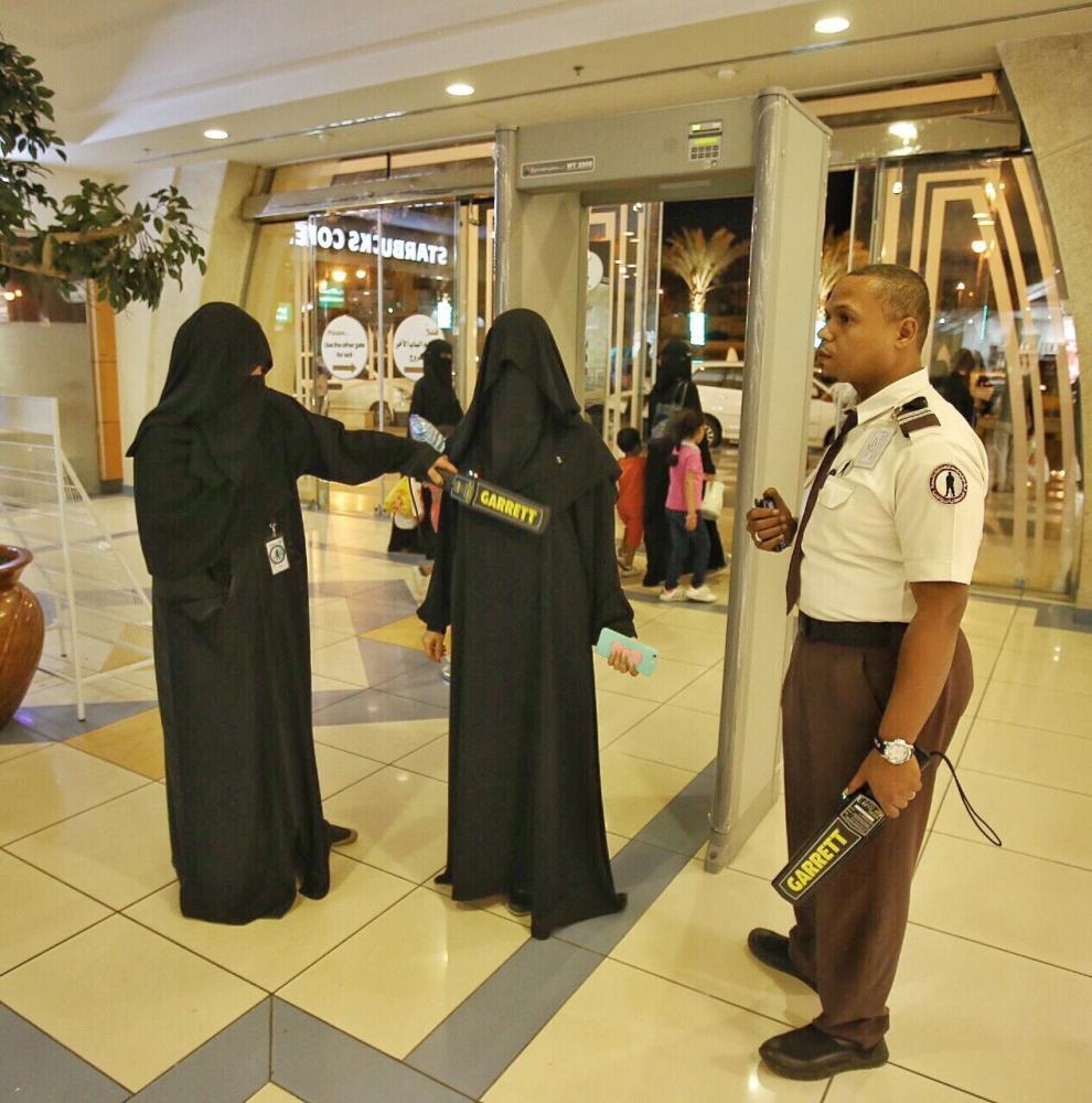 حارسة أمن تقوم بمهمات عملها في أحد مستشفيات المدينة المنورة