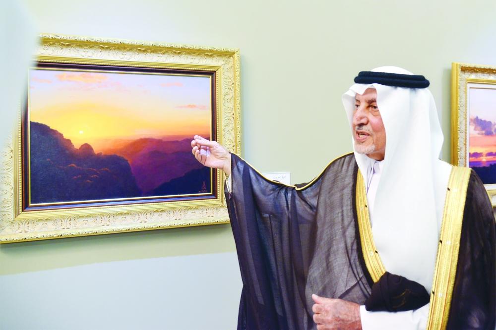 الأمير خالد الفيصل في معرض «أديم الوطن». (تصوير: ماجد الدوسري)