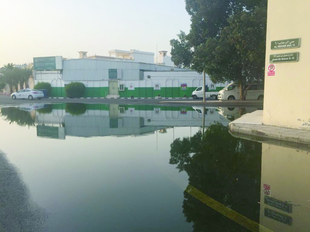 مياه الصرف تنتشر في شارع جميل بن معمر. (عكاظ)
