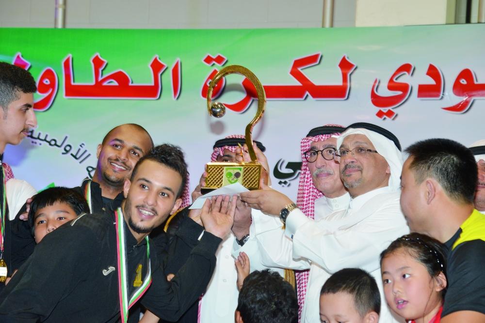 حاتم باعشن محتفلا مع أبطال كرة الطاولة. (تصوير: أحمد المقدام)