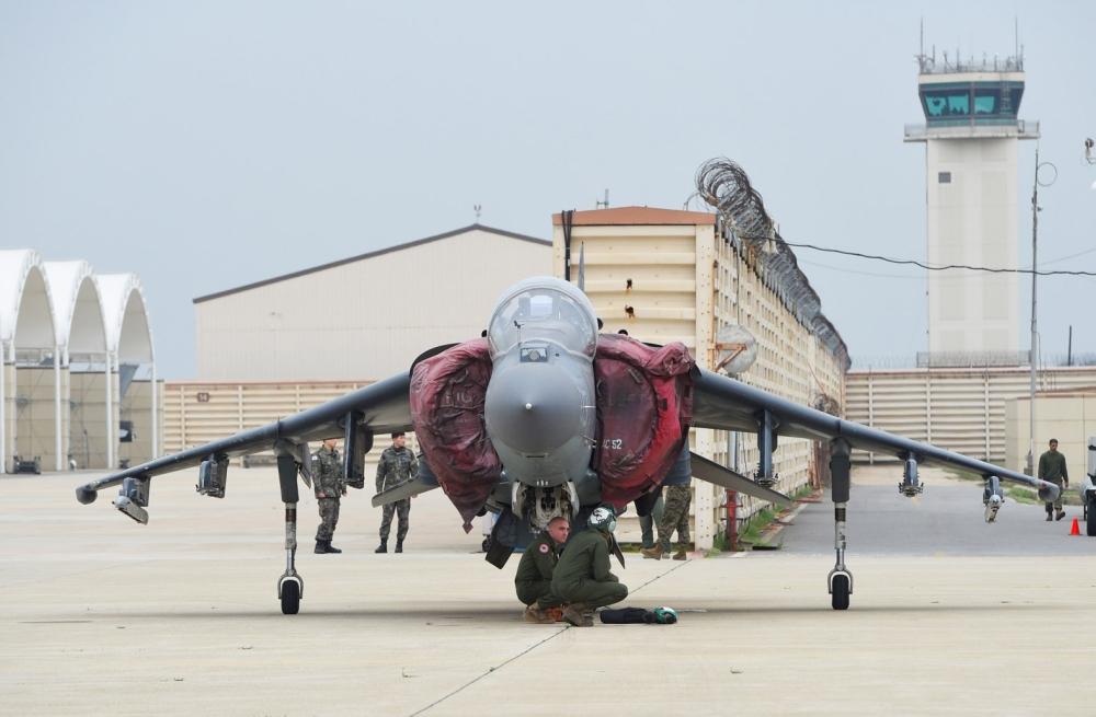 طائرة أمريكية في إحدى القواعد العسكرية في كوريا الجنوبية. (أ. ف. ب)