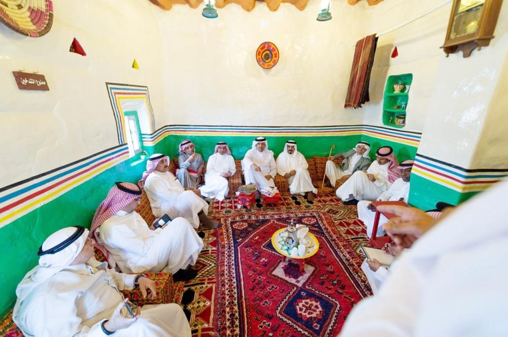 الأمير سلطان بن سلمان في مجلس المنزل التراثي.  (عكاظ)