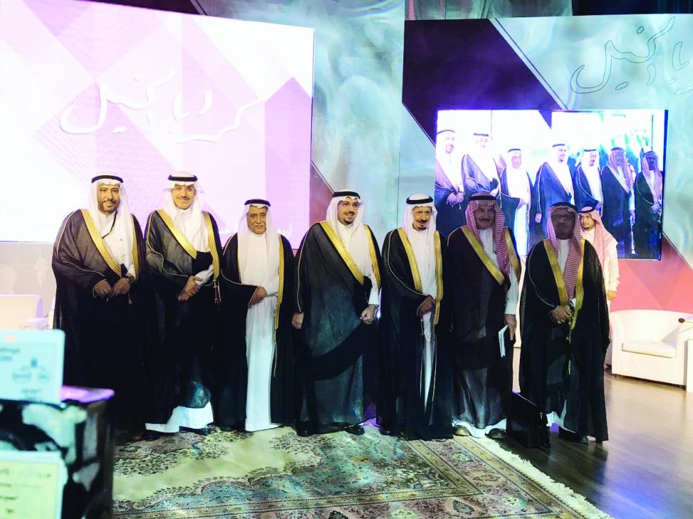 الأمير فيصل بن مشعل مع المحتفى به وأعضاء اللجنة. (عكاظ)