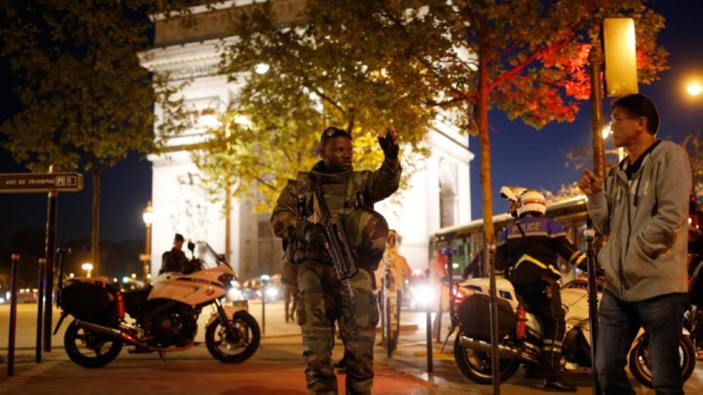 مقتل شرطي وإصابة اثنين آخرين بإطلاق نار في باريس