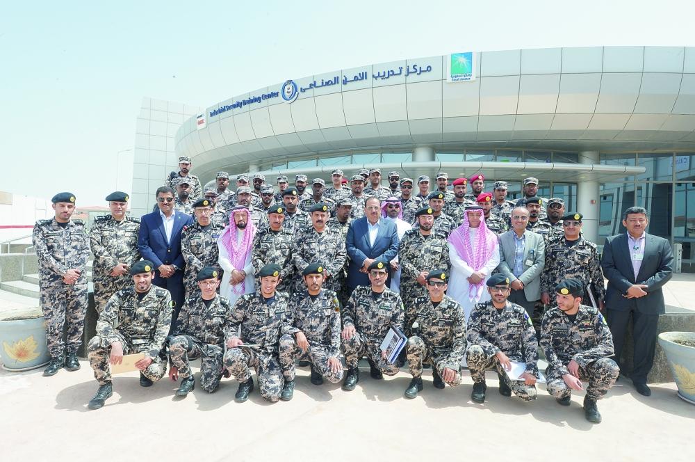 اللواء الجباري وضباط أمن المنشآت مع مسؤولي أرامكو. (عكاظ)