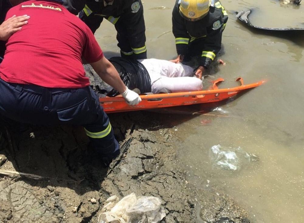 سقوط سيارة من أعلى جسر بخميس مشيط وإصابة شخصين