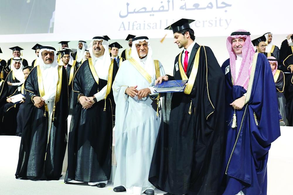الأمير تركي الفيصل مسلما خريجا شهادته. (عكاظ)