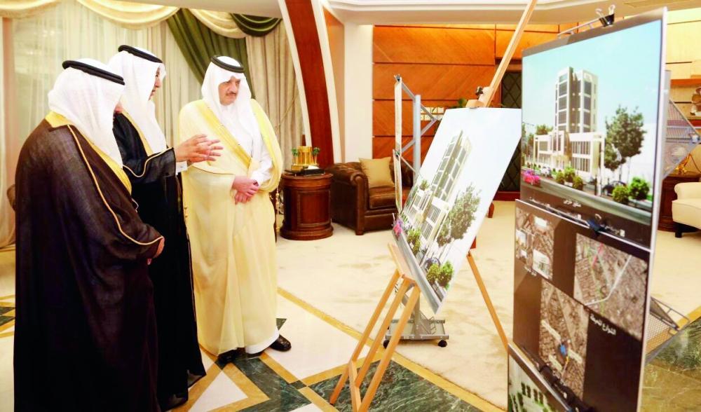 الأمير سعود بن نايف يطلع على مشروع مركز السحيمي الخيري.