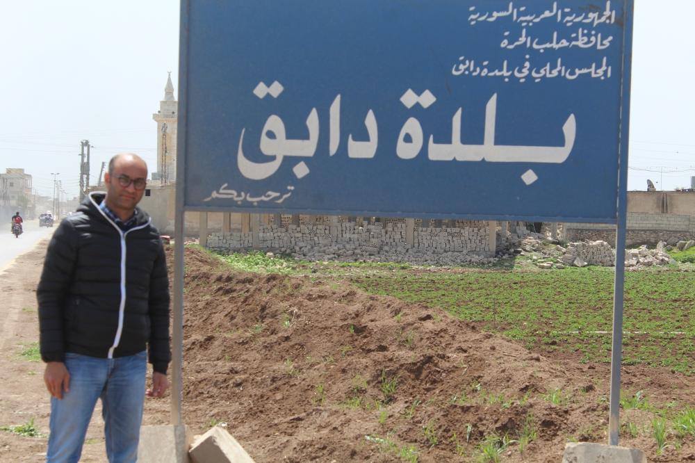 «عكاظ» على مدخل مدينة دابق. (خاص)