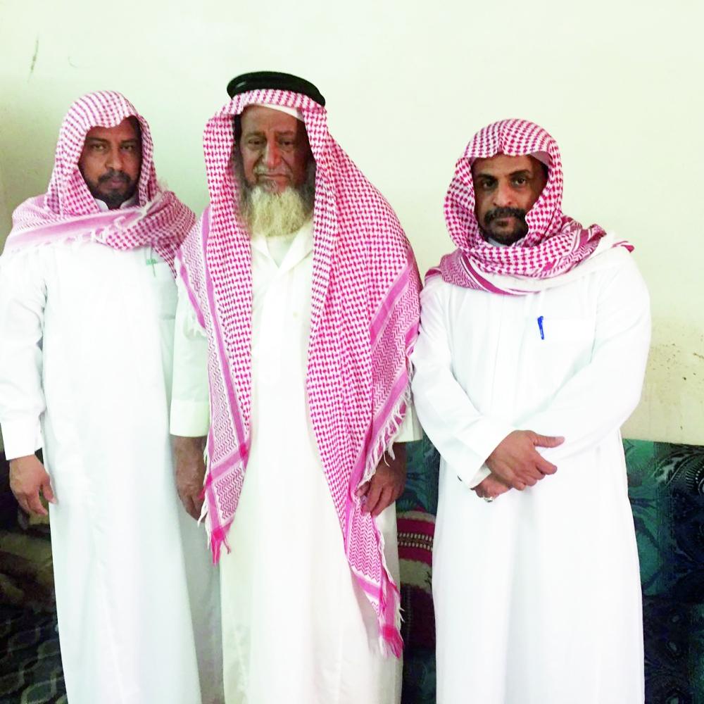 ذوو الفقيد في مجلس العزاء. (تصوير: عبدالله الفقيه)