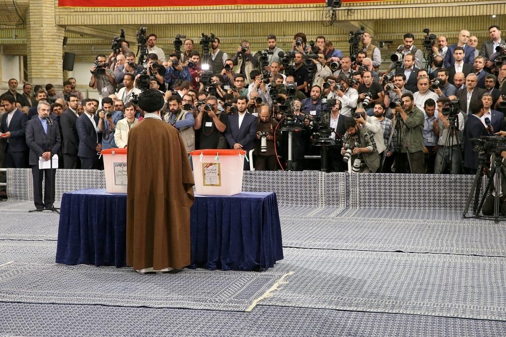 انتخابات إيران.. الآلاف أمام الصناديق وورقة المرشد تحمل اسم الرئيس