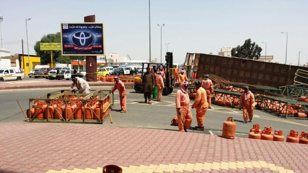 انقلاب ناقلة تحمل 650 اسطوانة غاز في أحد رفيدة