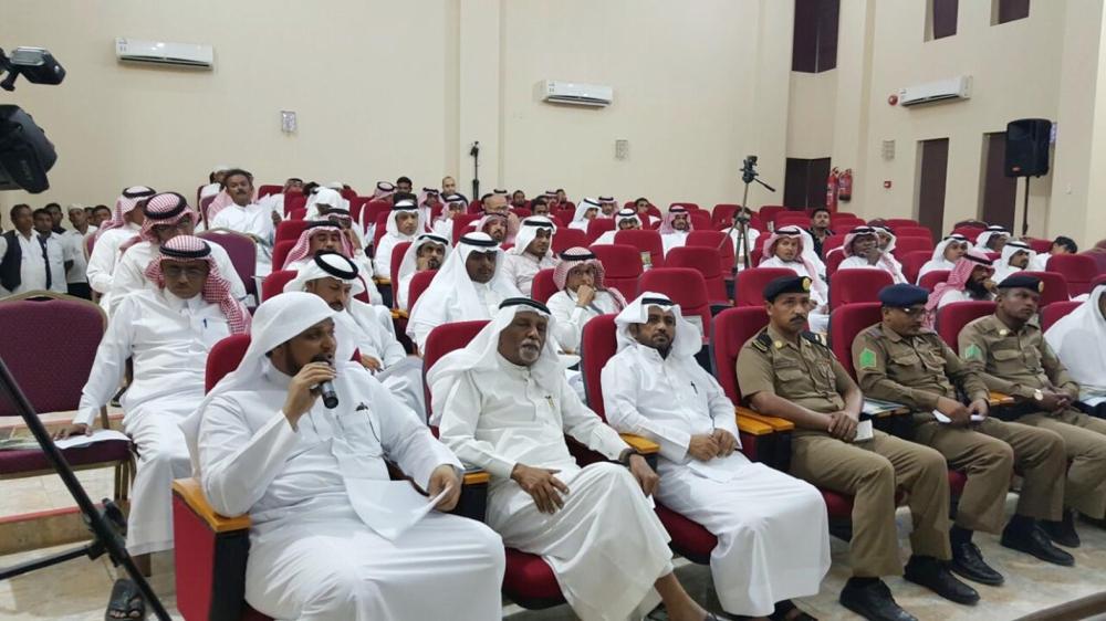 المشاركون في لقاء المجلس البلدي. (عكاظ)