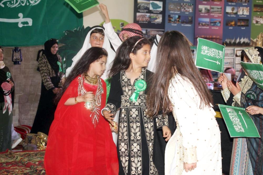 أطفال يشاركون في جناح المملكة في معرض التراث الدولي بعمان، أخيرا.  (عكاظ)