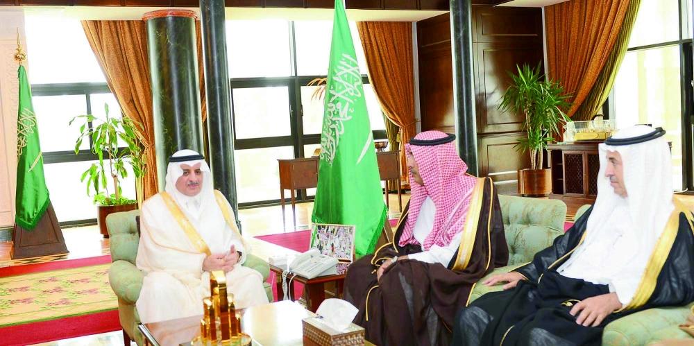 الأمير فهد بن سلطان خلال اللقاء.