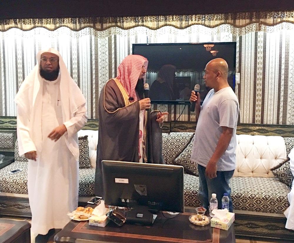 المري يلقن المسلم الجديد الشهادتين. (عكاظ)