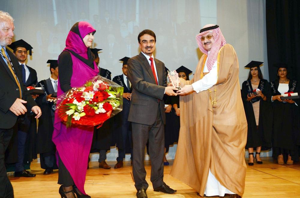 الأمير محمد بن نواف خلال تكريم الخريجين. (عكاظ)