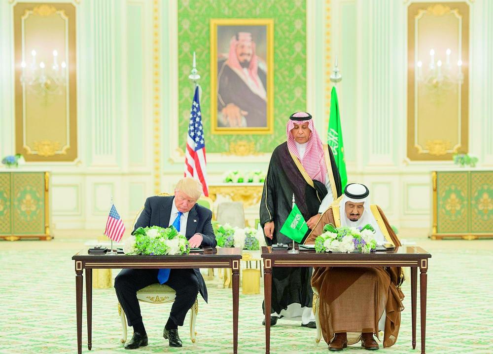 خادم الحرمين والرئيس ترمب في جلسة توقيع الاتفاقات أمس الأول في الرياض. (واس)