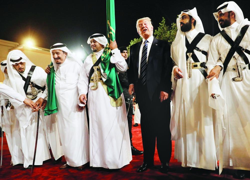 خادم الحرمين الشريفين وترمب خلال العرضة السعودية في قصر المربع بالرياض.