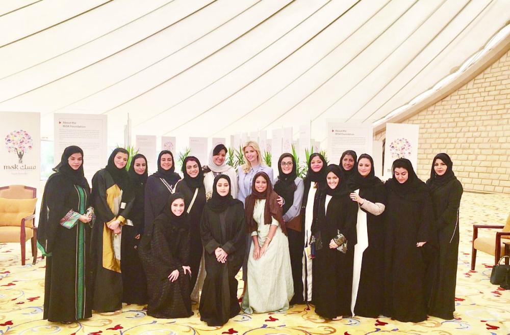 صورة جماعية عقب اجتماع إيفانكا بقيادات نسائية سعودية نشرتها ابنة الرئيس على حسابها في «تويتر».