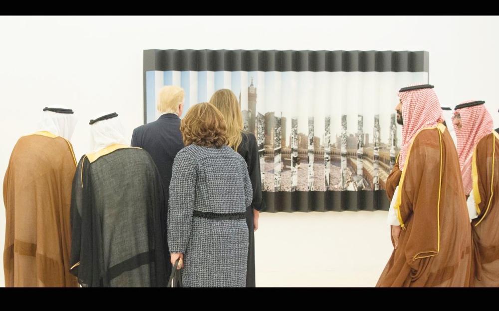 خادم الحرمين والرئيس الأمريكي أمام لوحة للحرم المكي من عمل الفنان عنقاوي أمس الأول.