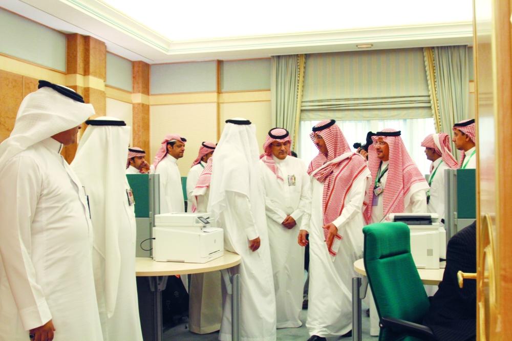 وزير الثقافة والإعلام يقف على سير العمل في المركز الإعلامي.