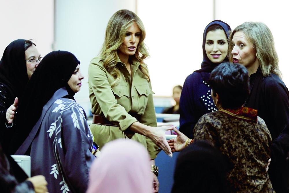 ميلانيا خلال لقائها بسيدات سعوديات أمس. (رويترز)