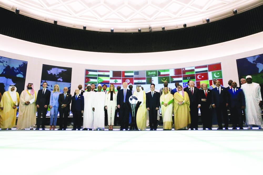 صورة جماعية لقادة العالم الإسلامي عقب افتتاح المركز أمس. (رويترز)