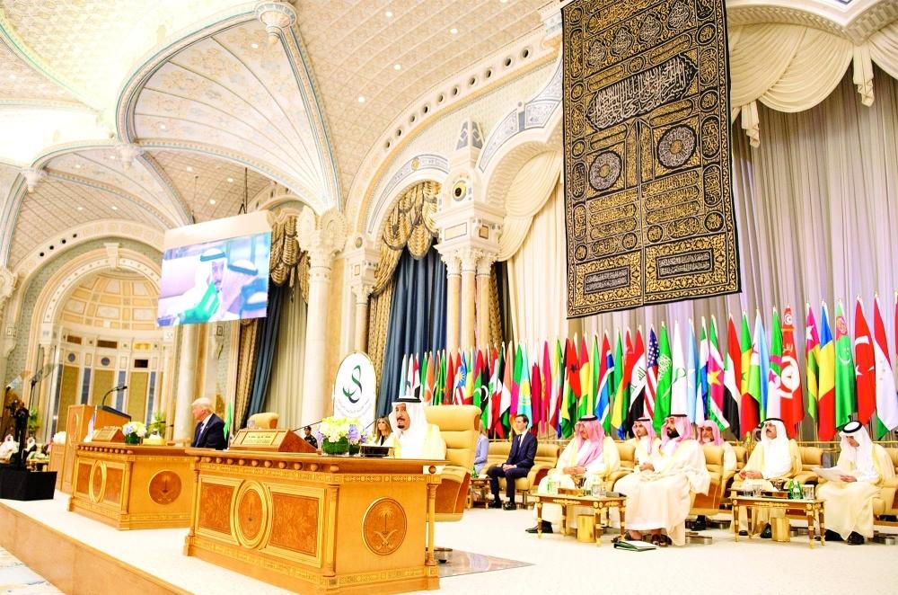 خادم الحرمين الشريفين مترئساً القمة العربية الإسلامية الأمريكية. (واس)