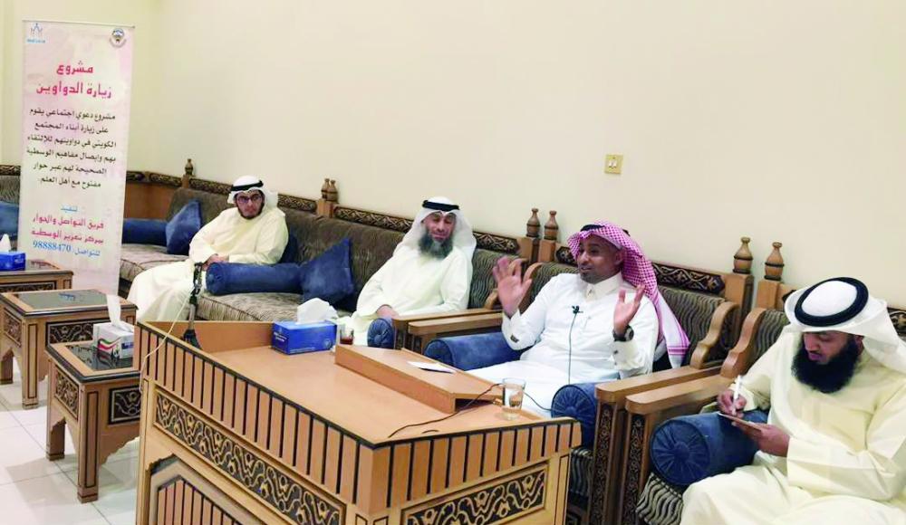 الدكتور عبدالرزاق متحدثا في المنتدى. (عكاظ)