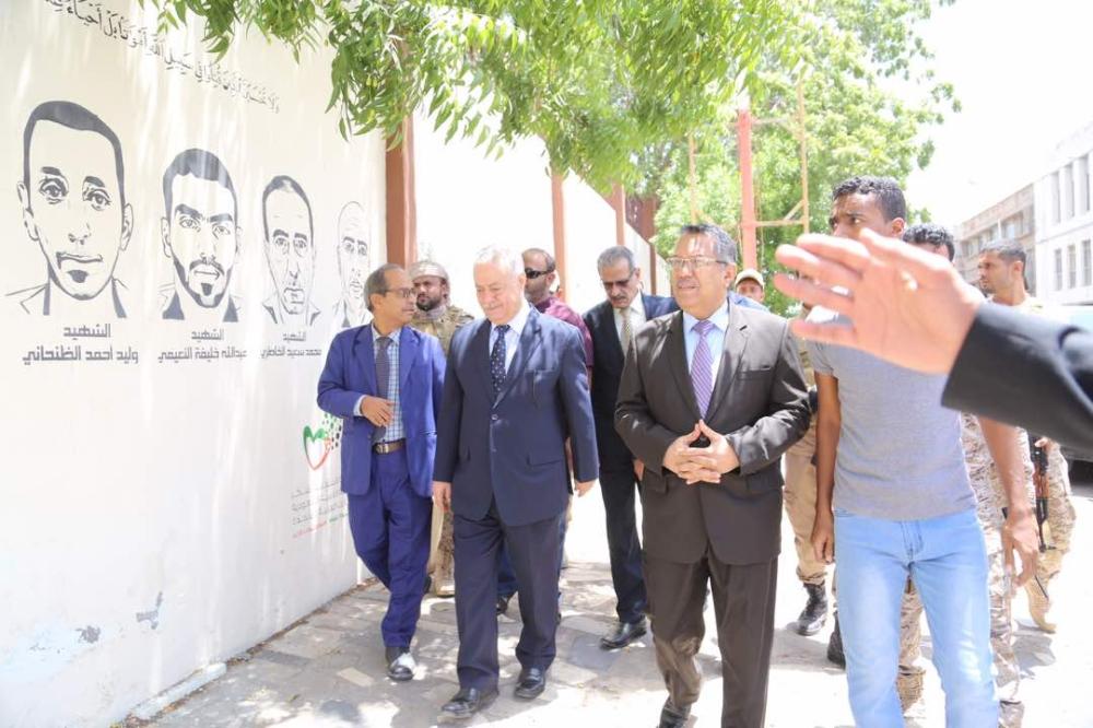 رئيس الوزراء اليمني يزيح الستار عن جدارية الشهداء ويشيد بتضحيات قوات التحالف