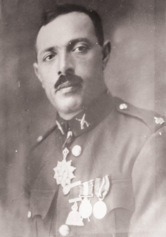والد الموسيقار عبدالحكيم بالزي العسكري.