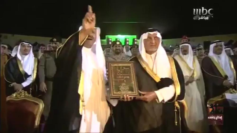 الأمير سلطان بن سلمان ملوحاً بيده لمقدم الحفلة. (متداولة)