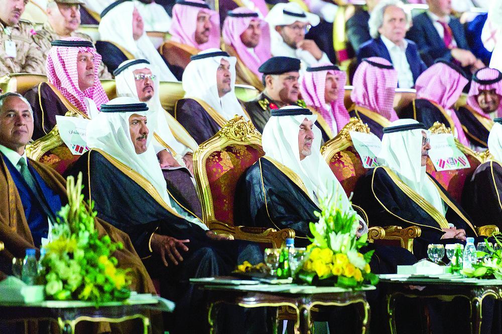 الأمير خالد الفيصل يتابع فقرات حفلة الافتتاح. (تصوير: محمد الزيادي)