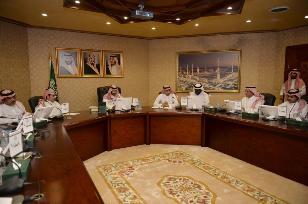 نائب أمير مكة يطلع على سير العمل في طريق الملك عبدالعزيز