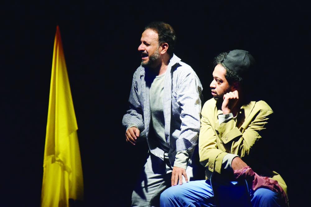 مشهد من مسرحية تشابك في «ثقافة الطائف» أمس.
