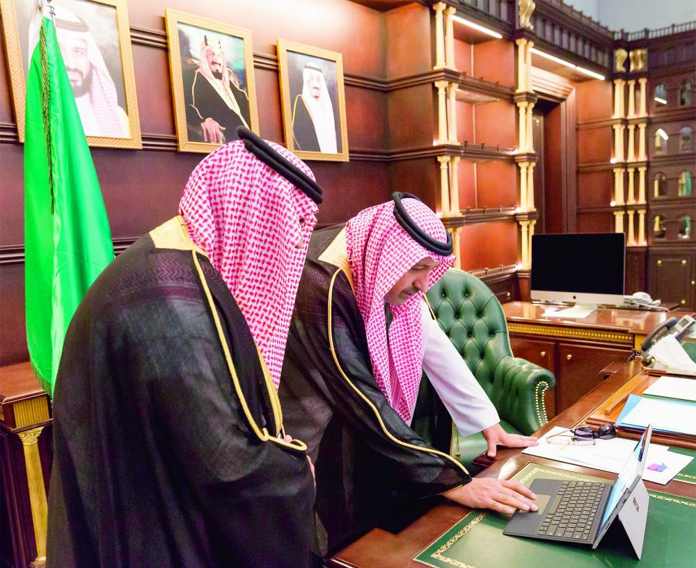 الأمير حسام بن سعود خلال تدشينه إحدى المبادرات.