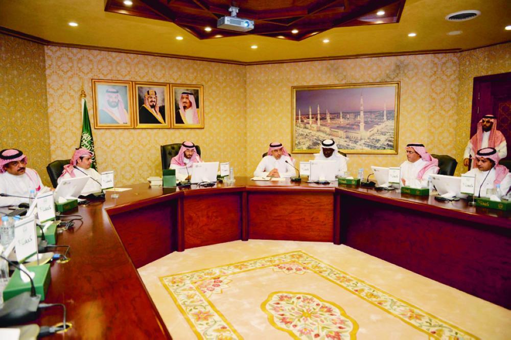 الأمير عبدالله بن بندر يستمع لآخر تطورات العمل في المشروع. (عكاظ)