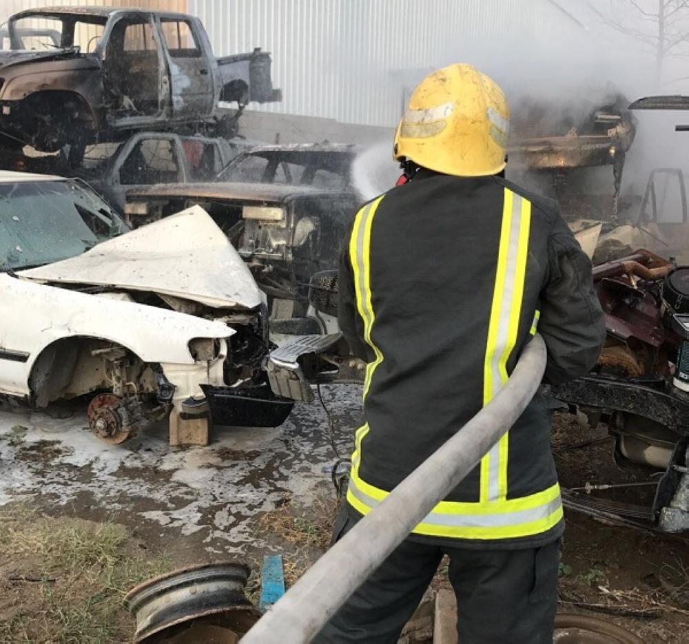 مدني خميس مشيط يخمد حريق مركبات الصناعية