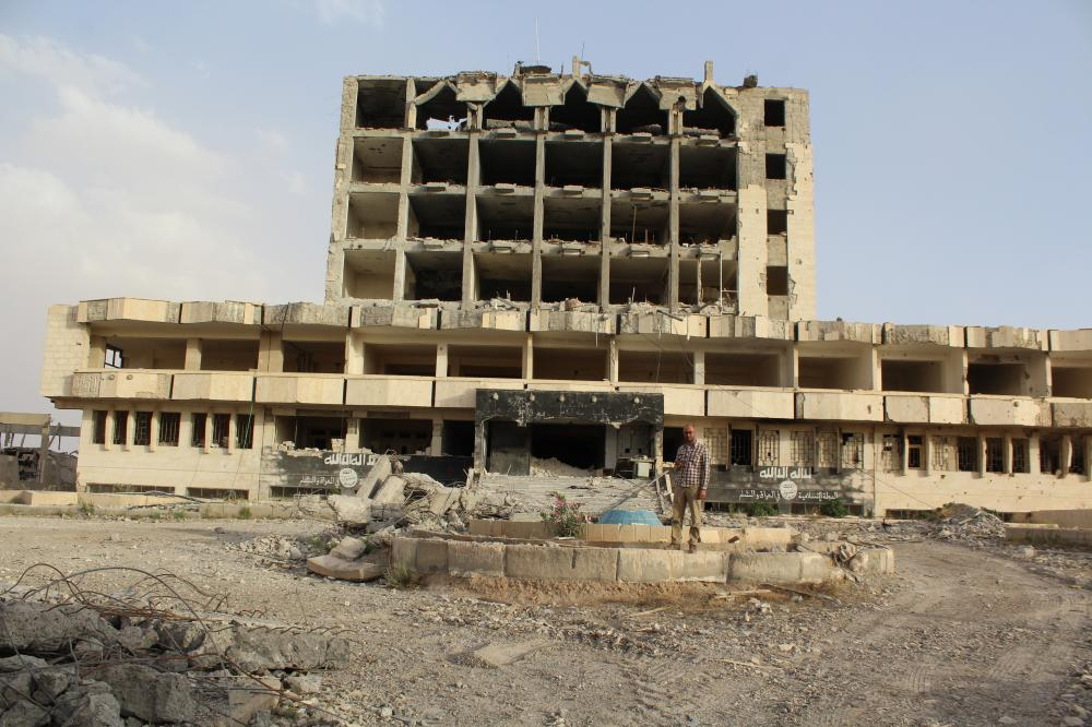 أحد المباني في مدينة الطبقة شهد أكبر مجزرة لقيادات التنظيم. (عكاظ)