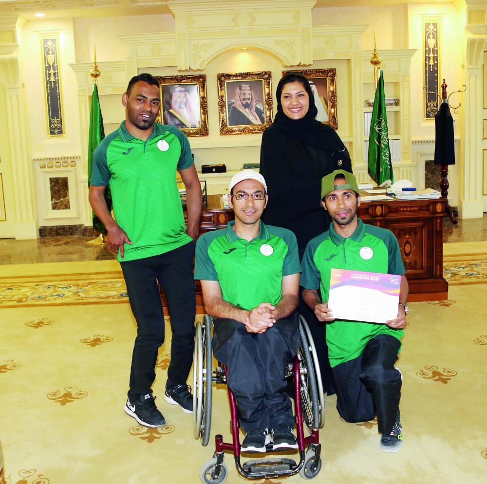 الأميرة ريما بنت بندر مع أعضاء المنتخب