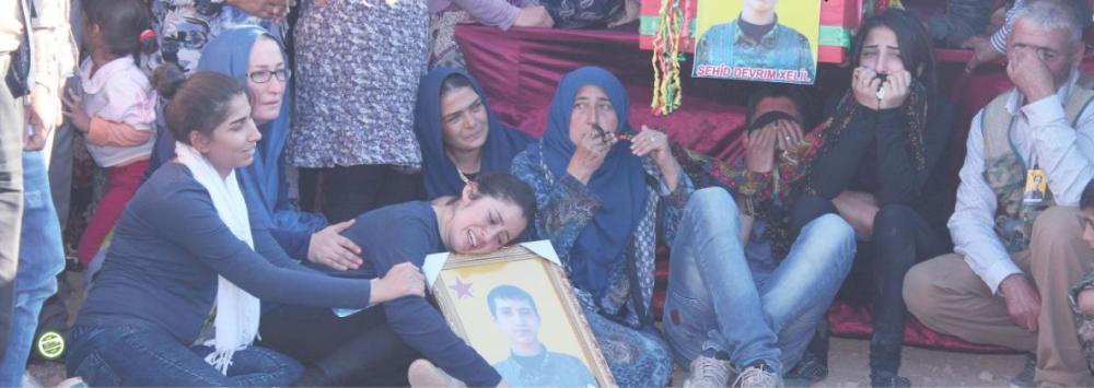 عائلات كردية تبكي قتلاها الذين قضوا في معارك الرقة ضد تنظيم داعش الإرهابي. (عكاظ)