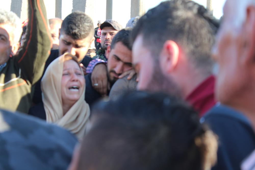 أم كردية تبكي ابنها، الذي فقدته في معارك الرقة، خلال مراسم الدفن في عامودا. (عكاظ)