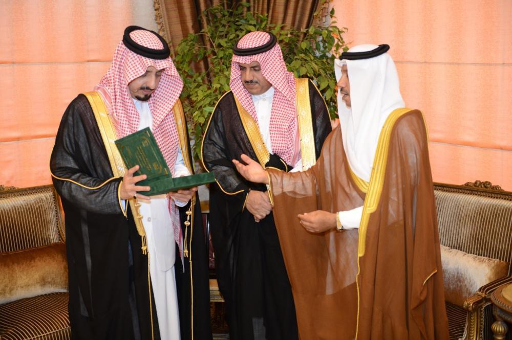 الأمير فيصل بن خالد مستقبلاً مدير ووكيل جامعة الملك خالد.