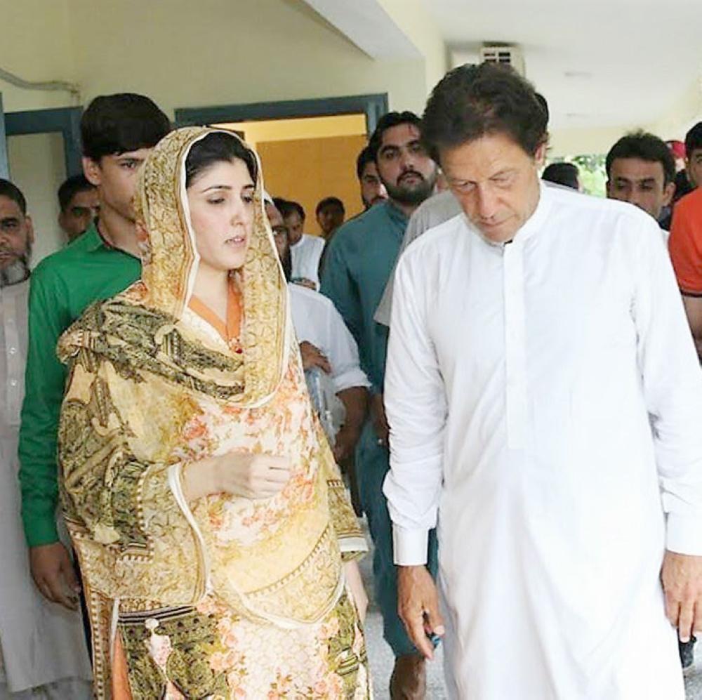 عمران خان وعائشة غولالاي في لقاء سابق بمقر الحزب. (متداولة)