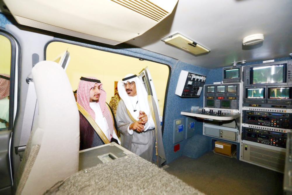 الأمير عبدالعزيز بن فهد خلال تفقده إحدى مركبات مبنى التلفزيون. (عكاظ)