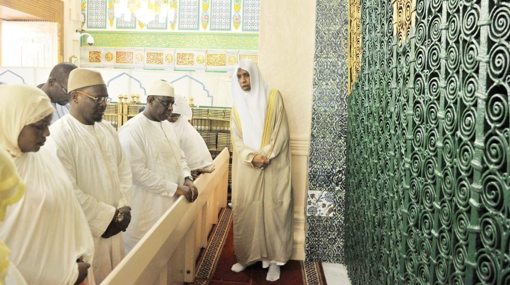 الرئيس ماكي سال متوقفا عند قبر الرسول صلى الله عليه وسلم في المسجد النبوي أمس (واس)